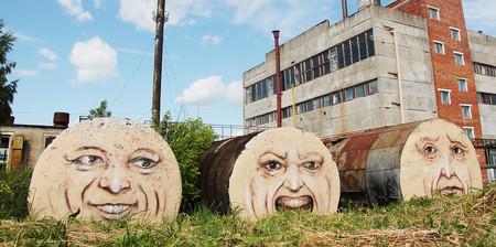 建物に巨大な顔を描く01