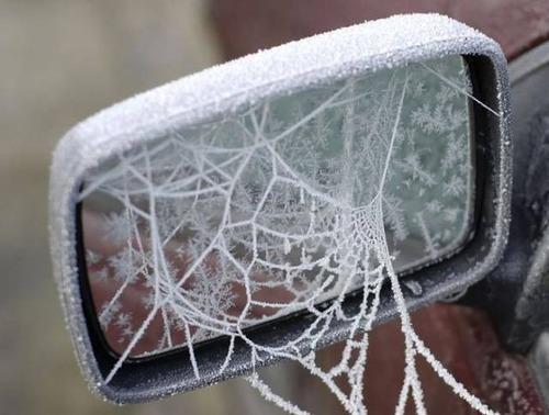 凍っている自動車の画像(4枚目)