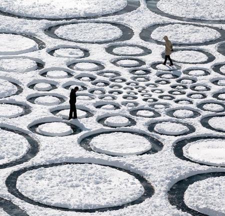 凍った池に無数のワッカを作る人の画像(12枚目)