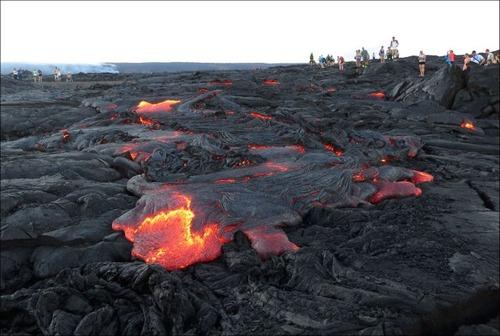 キラウエア火山から海に流込む溶岩の画像(1枚目)