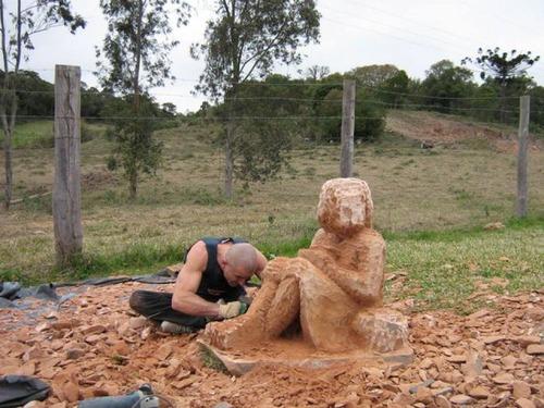 【画像】巨大な石を削って石造を作っている人がワイルド過ぎて凄い!!の画像(9枚目)