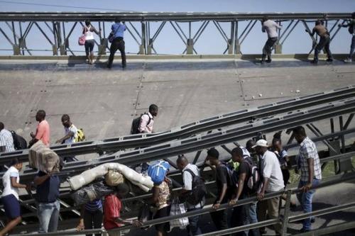 【画像】巨大な橋が崩落した後も壊れた橋を渡り続ける人々の様子!!の画像(2枚目)