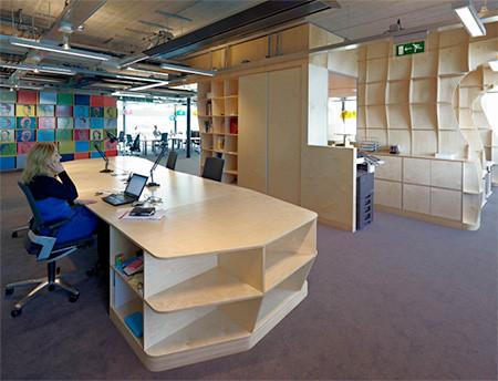 本棚で仕切られたオフィス02