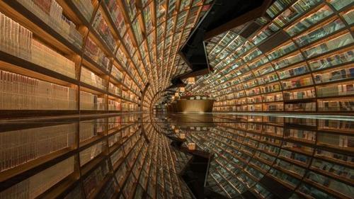 360度、本棚がある本屋の画像(2枚目)