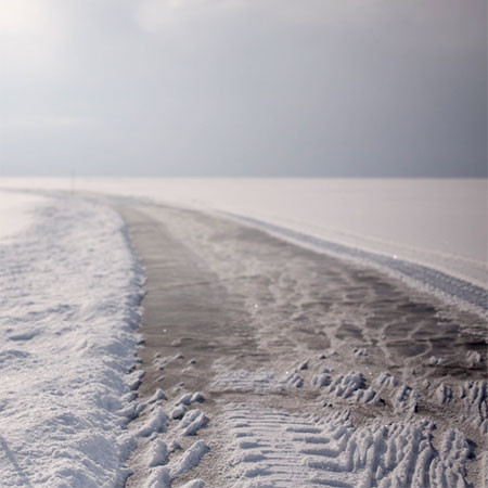 凍った池に無数のワッカを作る人の画像(11枚目)