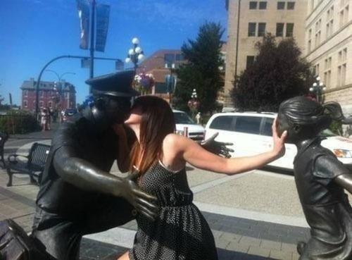 銅像との記念撮影の画像(1枚目)