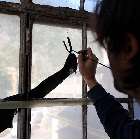 割れた窓ガラスのように見えるアートの画像(3枚目)