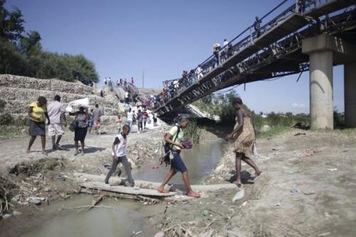【画像】巨大な橋が崩落した後も壊れた橋を渡り続ける人々の様子!!の画像(7枚目)