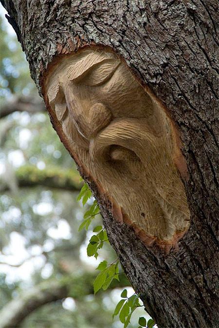 木に彫った顔の彫刻09