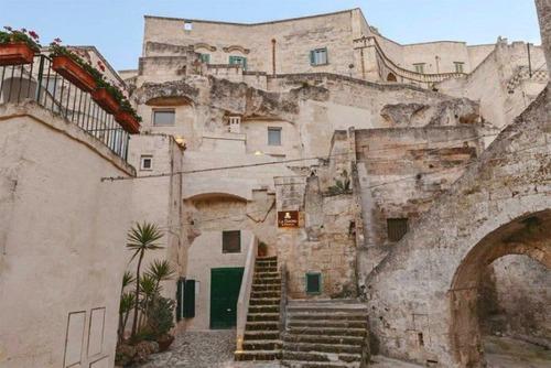 イタリアの洞窟がそのまま住宅街の画像(1枚目)