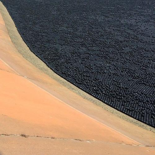 【画像】ダムに20000個の謎のボールを投入して、水面が真っ黒になっている!!の画像(5枚目)