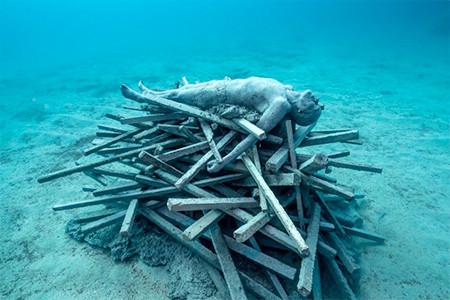 海底に沈む不気味な彫刻の画像(13枚目)