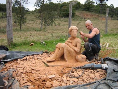 【画像】巨大な石を削って石造を作っている人がワイルド過ぎて凄い!!の画像(11枚目)