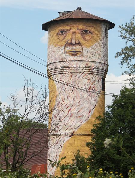 建物に巨大な顔を描く05