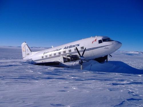 【画像】南極で墜落した飛行機をその場で修理して飛んでいくまでの様子!!の画像(1枚目)