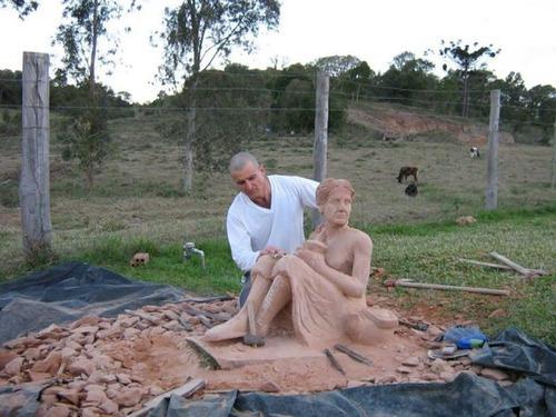 【画像】巨大な石を削って石造を作っている人がワイルド過ぎて凄い!!の画像(13枚目)