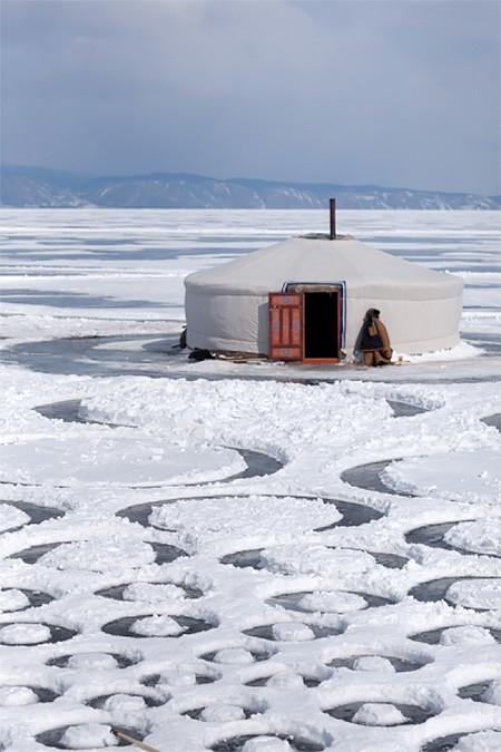 凍った池に無数のワッカを作る人の画像(3枚目)