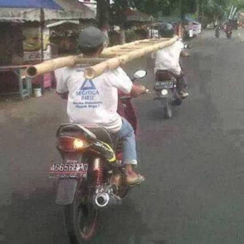 もはや職人技!?自動車やバイクで凄いものを運んでる画像の数々!!の画像(20枚目)