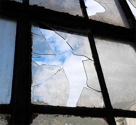 割れた窓ガラスのように見えるアートの画像(5枚目)