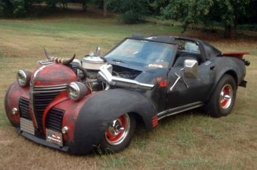 狂った感じのカスタムの自動車の画像(1枚目)