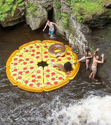 水辺で楽しい!たくさん合体するピザ型のフロートマットが面白い!!の画像(7枚目)