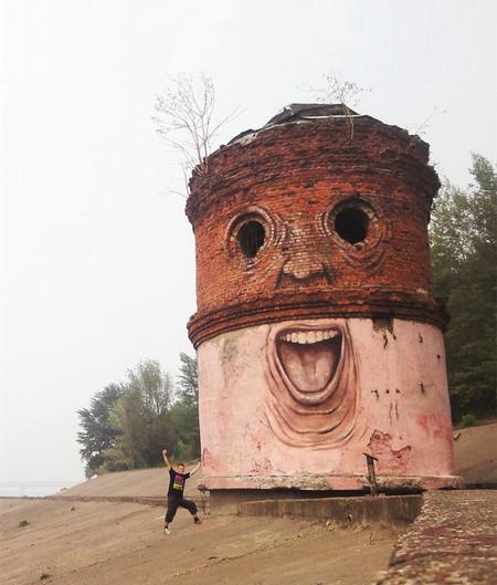 建物に巨大な顔を描く02
