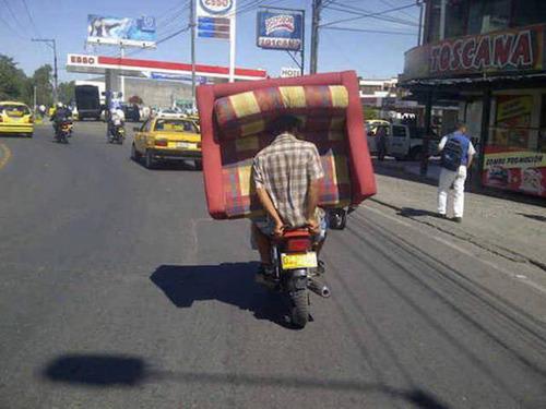 もはや職人技!?自動車やバイクで凄いものを運んでる画像の数々!!の画像(26枚目)