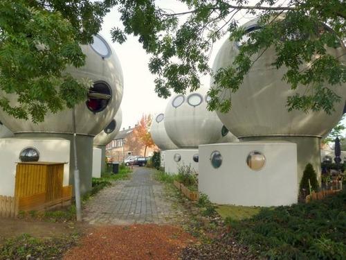 【画像】丸っこい家が乱立している未来的だけどカオスな町並み!!!の画像(4枚目)