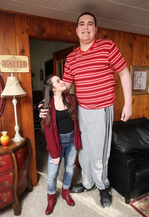 19歳で身長234cm大きな少年の画像(8枚目)