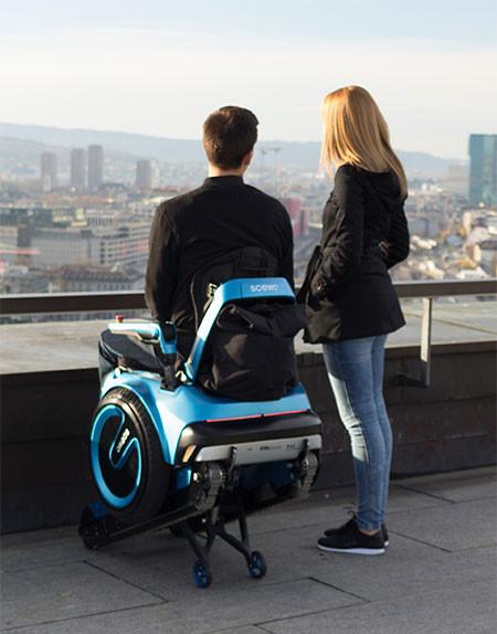 キャタピラで階段も登れる車椅子02