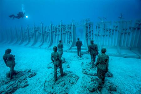 海底に沈む不気味な彫刻の画像(9枚目)