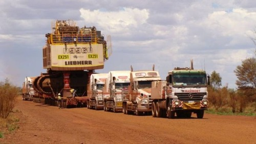 6台の巨大なトラックで超巨大なショベルカーを運ぶ風景が凄いwwの画像(2枚目)