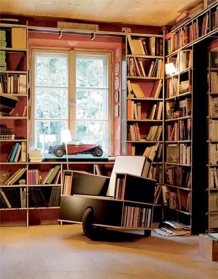 移動できる本棚付きの椅子の画像(1枚目)