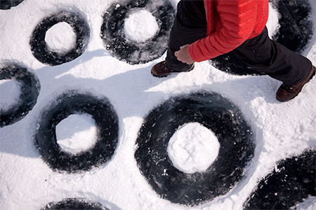 凍った池に無数のワッカを作る人の画像(6枚目)