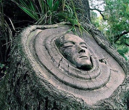 木に彫った顔の彫刻02