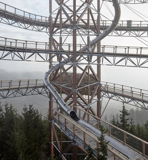 【画像】チェコ共和国にある超巨大で超怖過ぎる滑り台!!の画像(1枚目)