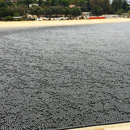【画像】ダムに20000個の謎のボールを投入して、水面が真っ黒になっている!!の画像(4枚目)