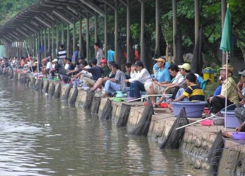 カオスなところで釣りをしている人達の画像(10枚目)