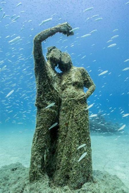 海底に沈む不気味な彫刻の画像(6枚目)