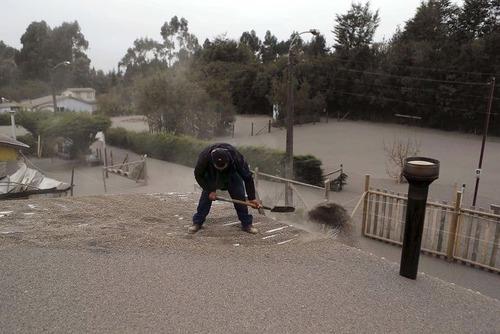 チリのカルブコ火山の噴火で街に積もった火山灰が酷い…の画像(18枚目)