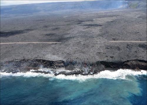 キラウエア火山から海に流込む溶岩の画像(12枚目)