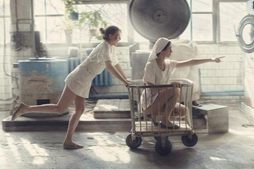 クリーニング店の女性店員の画像(3枚目)
