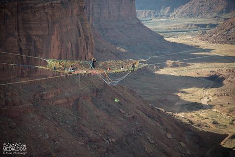 上空120m!断崖絶壁に設置された巨大なハンモック!の画像(7枚目)