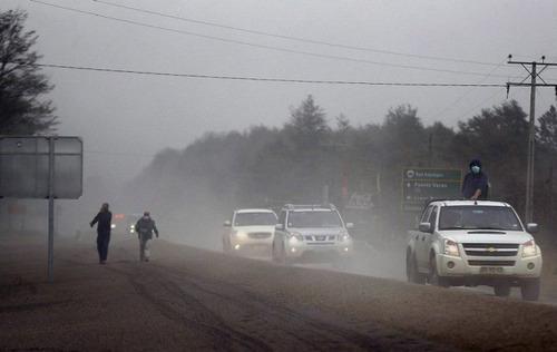 チリのカルブコ火山の噴火で街に積もった火山灰が酷い…の画像(4枚目)
