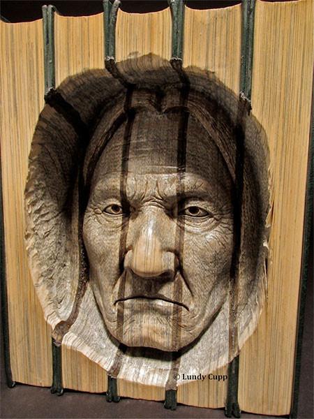 【画像】本の中に人の顔!本を使った彫刻のアートが凄い!!の画像(6枚目)