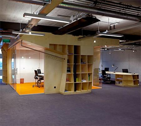 本棚で仕切られたオフィス10