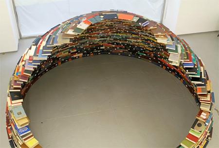 本を積み重ねて出来た「かまくら」の画像(2枚目)