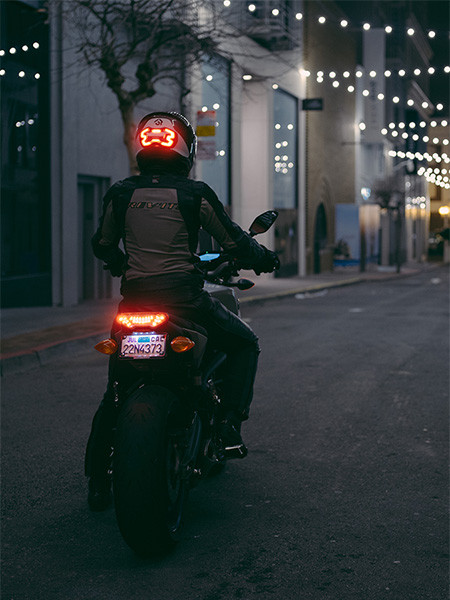 ブレーキランプ付きのヘルメット01