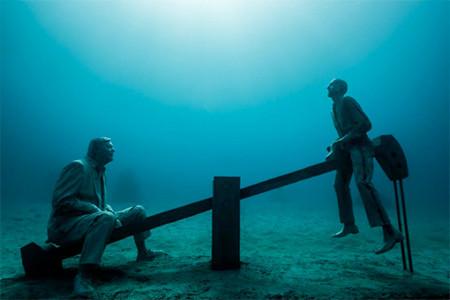 海底に沈む不気味な彫刻の画像(3枚目)