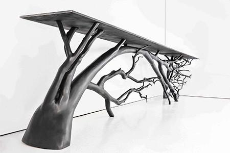木の枝や幹がそのまま支えるテーブルの画像(4枚目)